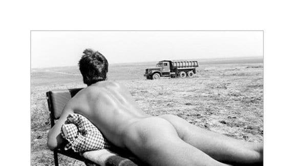 Männerakt und LKW