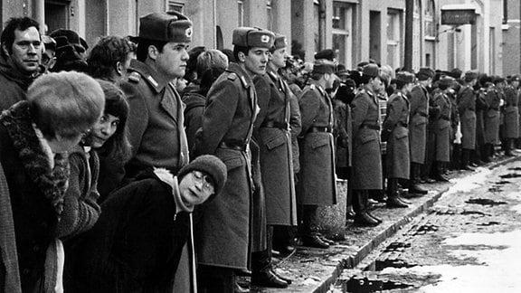Helmut Schmidt zu Besuch in der DDR, Volkspolizei in Güstrow