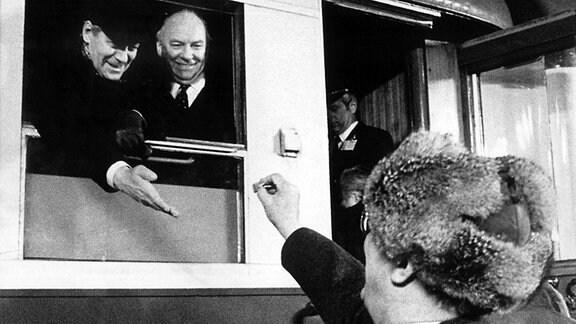 Helmut Schmidt zu Besuch in der DDR - Honecker schenkt ihm ein Bonbon