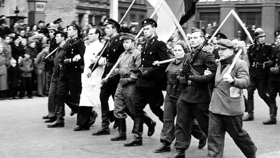Berlin, 1953 : Von der SED organisierte Rechtfertigungsdemonstration nach der Niederschlagung des Aufstandes des 17. Juni 1953 in Berlin. An der Stalinallee (Haus der Gesundheit).