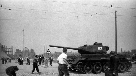 Am Potsdamer Platz: gegen Mittag werden sowjetische Panzer aufgefahren, Steinwürfe sind die Reaktion