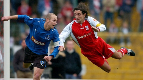 25/11/2006-Erfurt: Fussball - Regionalliga FC Rot Weiss Erfurt - Hamburger SV (A) 0:3 / Ronny Hebestreit im Luftduell mit Volker Schmidt  (TA-Foto: Sascha Fromm / DIGITAL)