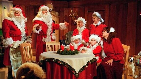 """Fröhliche Weihnachten mit Frank Schöbel    MDR FRÖHLICHE WEIHNACHTEN MIT FRANK SCHÖBEL, am Sonntag (24.12.00) um 20.15 Uhr im MDR FERNSEHEN. """"Geschäftsführender Weihnachtsmann"""" Frank Schöbel (2.v.l.), Oberweihnachtsmann Günter Schubert mit ihrem Gefolge."""