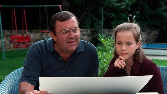 MDR LEINEN LOS FÜR MS KÖNIGSTEIN - Folge 9: Der Zankapfel, -- -- 13 teilige Familienserie Deutschland 1997, -- -- am Sonntag (26.03.00) um 22:30 Uhr im MDR Fernsehen. -- -- Bild: Gernot Steiner (Guenter Schubert), Conny Steiner (Antonia Dalchau).