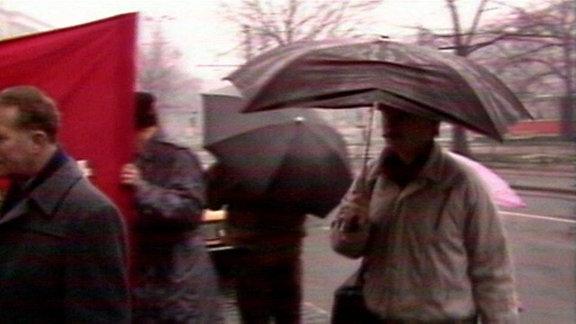 Menschen unter Schirmen