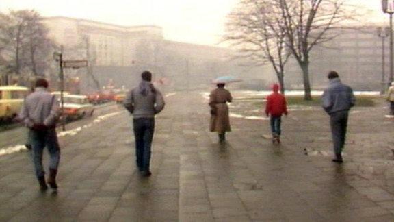 Drei auffällig unauffällige Mitarbeiter der Staatssicherheit schlenderten am Morgen des 17. Januar 1988 über die Karl-Marx-Allee in Berlin.
