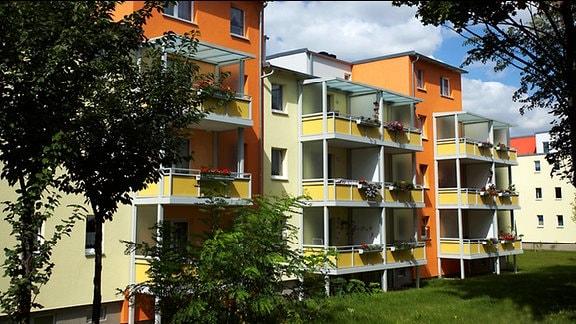 Mehrfamilien-Plattenbau der ehemaligen DDR, neu gestaltet und saniert