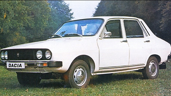 weißer Dacia auf einer Waldlichtung