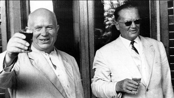 Tito und Nikita Chruschtschow 1963 erheben ihre Gläser zum Anstoßen