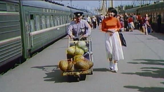 """Impressionen vom  """"Platz des Komsomol"""" - dem  """"Drei-Bahnhofs-Platz"""" - Anfang der 1980er-Jahre. Ausschnitt aus """"Moskauer Reise"""" (DDR-Fernsehen 1983)"""