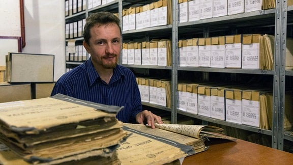 Der Bukarester Historiker Cosmin Budeanca beim Studium einstiger Securitate-Akten.