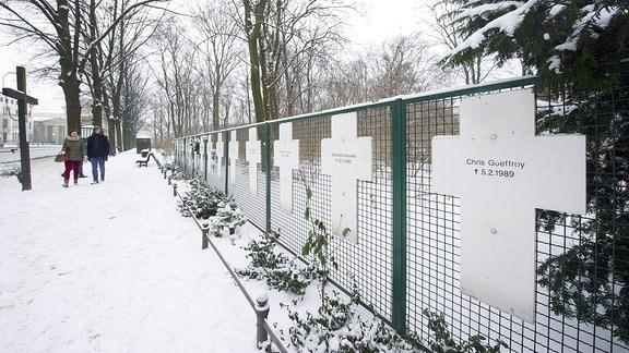 Gedenkkreuze für die Mauertoten in der Nähe des Berliner Reichstages, rechts das Kreuz für den letzten Mauertoten Chris Gueffroy (Foto vom 28.01.2014).