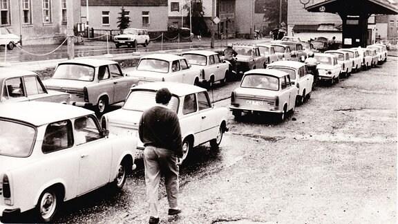 Trabis im Stau an der Tankstelle Altenberg vor Zinnwald, ca. Frühherbst 1989