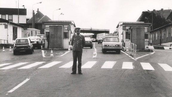 DDR-Zöllner am Grenzübergang Zinnwald, ca. erste Hälfte 1990