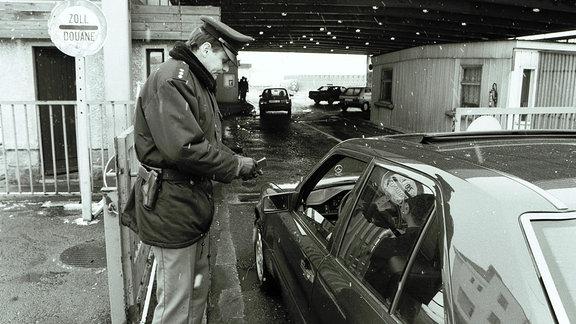 Tschechischer Zöllner kontrolliert Pass bei der Einreise nach Deutschland, 1994