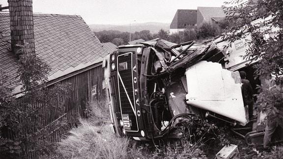 Lkw-Unfall in Altenberg, Volvo-Laster wird aus der Kurve getragen, rutscht Hang hinunter, 1993; an dieser Stelle noch mehrere schwere Unfälle