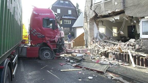 Lkw-Unfall in Altenberg, 2003, Totalschaden auch am gerammten Haus
