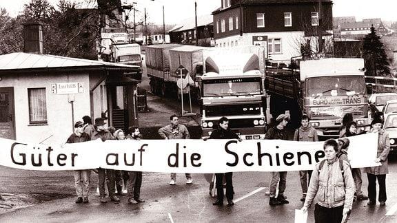 Anwohner in Zinnwald protestieren gegen Lkw-Lawinen durch ihren Ort, 1996
