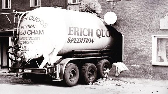 """Possendorf: ein Tanker der Spedition Erich Quandt fährt ungebremst in die Gaststätte """"Transit"""". Auf der Strecke mit starkem Gefälle haben die Bremsen versagt. Das Fahrzeug kam vorm Tresen zum Stehen. 1995"""