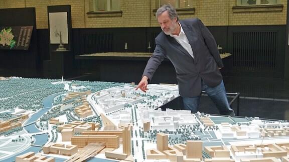 Jürgen Murrach und Modell des Berliner Hauptbahnbahnhofes