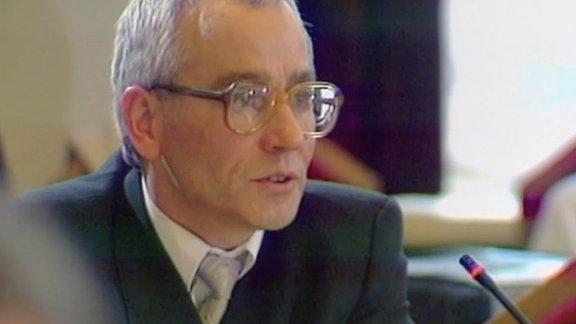 Dr. Klaus Emmerich vom Freien Deutschen Gewerkschaftsbund (FDGB) spricht in der letzten Sitzung des Runden Tisches am 12. März 1990 über die Ziele der künftigen DDR-Verfassung.