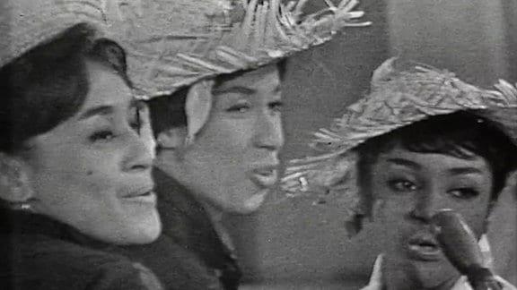 """Das Aida-Quartett singt 1963 im DDR-Fernsehen das Lied """"Ich schneide Zuckerrohr""""."""
