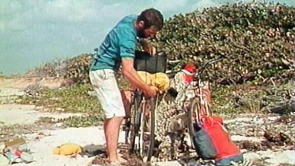 Ein Mann belädt sein Fahrrad
