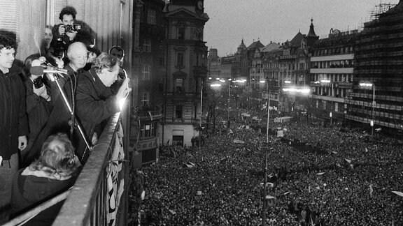Vaclav Havel mit Alexander Dubcek auf einem Balkon.