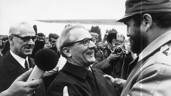 Fidel Castro wird im Jahre 1972 bei seiner Ankunft auf dem Flughafen Schönefeld von Erich Honecker (Mitte) und dem Vorsitzenden des Ministerrates der DDR, Willi Stoph (l.), begrüßt.