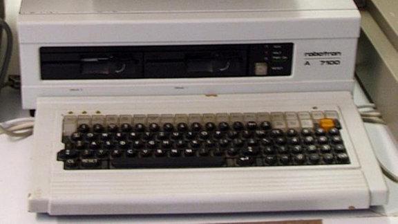 Der A 7100 ist der erste 16-bit Arbeitsplatzcomputer der DDR. Gebaut wurde er 1987. Er war mit einem 8086 Prozessor und zwei 5 1/4 Zoll Diskettenlaufwerken ausgerüstet, eine Festplatte gab es aber erst beim Nachfolgemodell A 7150 (CM1910). Der Rechner ist grafikfähig.