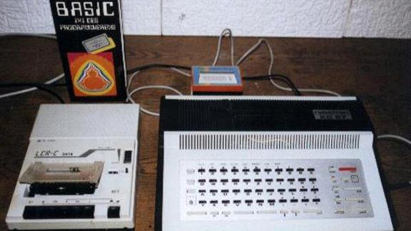 """Der """"Kleincomputer"""" 87 ist ein Homecomputer aus dem Jahr 1987, der hauptsächlich in Computerkabinetten von Schulen zu finden war. Angeschlossen wurde er an den russischen Fernseher mit Namen """"Junost""""."""