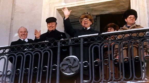 Schmidt und Honecker winken 1981 vom Balkon in Güstrow
