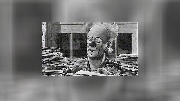 Clown Ferdinand am Schreibtisch