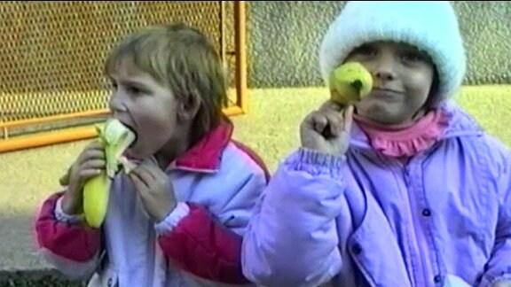 Kinder essen Bananen
