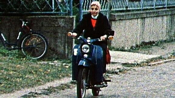 Frau auf Moped