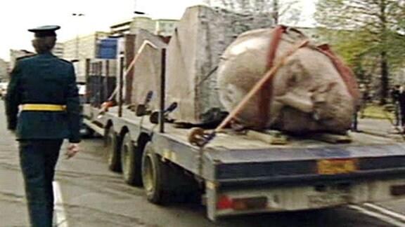 Steinerner Lenin-Kopf auf Lastwagen wird abtransportiert