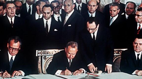Unterzeichnung des deutsch-sowjetischen Gewaltverzichtsabkommen durch Willy Brandt und Alexej Nikolajewitsch Kossygin