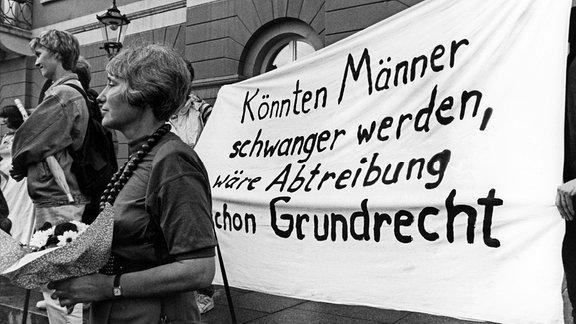 Nach der Urteilsverkündung am 28.05.1993 demonstrieren rund 150 Frauen in der Innenstadt von Karlsruhe für ein Recht auf Abtreibung