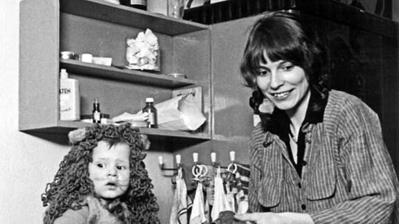 Ulrike Poppe mit ihrem Sohn Jonas im einzigen autonomen Kinderladen der DDR, 1981