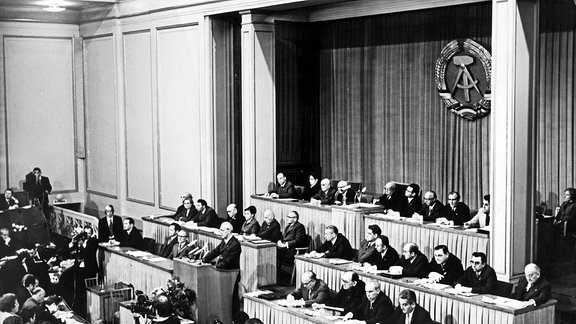 Blick auf das Präsidium und die Abgeordneten während der 6. Tagung der Volkskammer in Berlin
