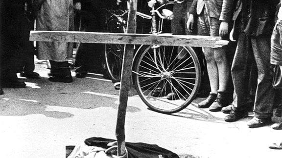 17. Juni 1953. Aufstand in Ostberlin. Ein Holzkreuz an der Stelle, wo ein Demonstrant von einem sowjetischen Panzer überrollt wurde.