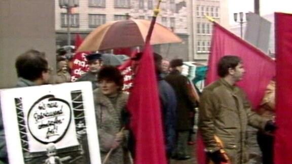 Um den Blick auf die Plakate der Bürgerrechtler zu versperren, hielten Stasi-Leute schnell Plakate für eine atomwaffenfreie Welt empor…
