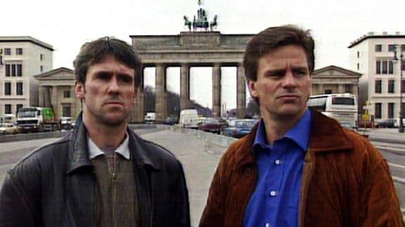 Die Fußballer Falko Götze und Dirk Schlegel vor dem Brandenburger Tor