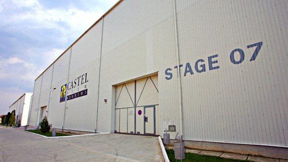 Blick auf einen riesigen Container mit doppeltürigem Tor, Aufschrift Castel Films  - Stage 07