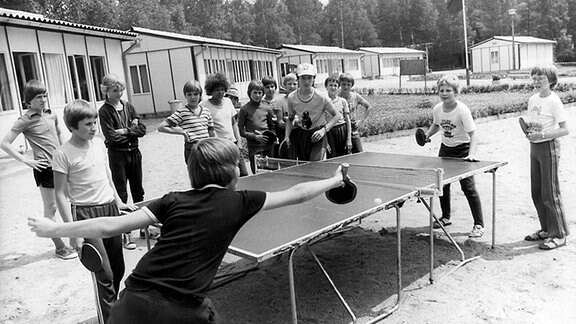 Mädchen und Jungen aus der DDR, der UdSSR, Polen, Ungarn und der CSSR erholen sich in den Sommerferien im Pionierlager in Seifhennersdorf.