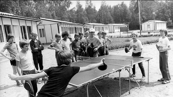 Mädchen und Jungen im Sommerferien im Pionierlager in Seifhennersdorf.