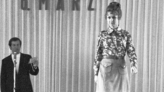 Eine Modenschau zum Internationalen Frauentag am 8. März im Speisesaal des VEB Strömungsmaschinenbau Pirna, aufgenommen am 8.3.1972.