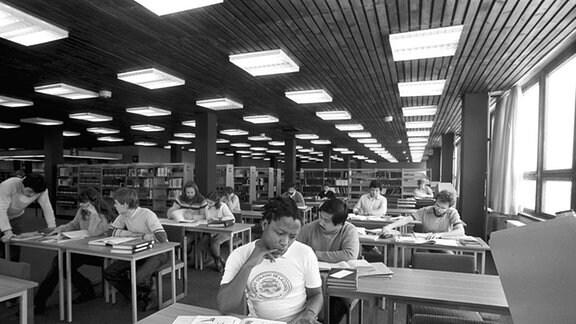 Studenten in der Hochschulbibliothek der Bergakademie Freiburg, aufgenommen im Januar 1986.