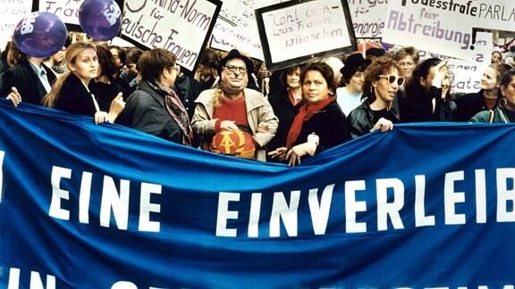 Demonstration 30.09.1990 in Berlin gegen die Übernahme der bundesdeutschen Abtreibungsgesetzgebung in der DDR. In der Bildmitte eine Demonstrantin mit einer Helmut-Kohl-Maske.