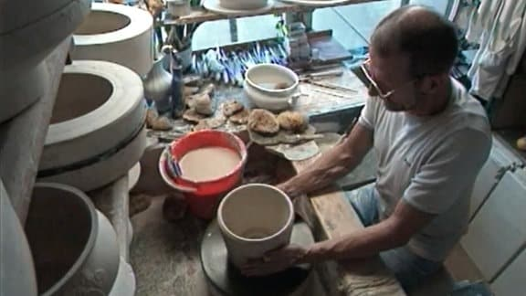 Porzellangestalter bei der Arbeit